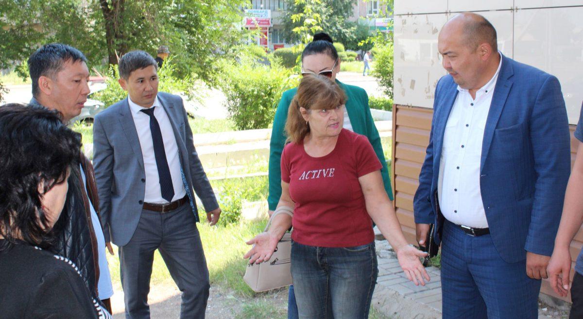 Депутат А.Жусупаев, представители КСП, ОЖКХ и жилищной инспекции обсуждают вариант решения проблемы