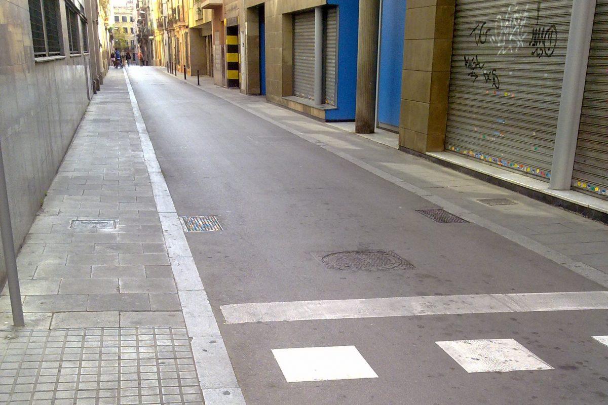 Обычные дороги, тротуары, колодцы в Барселоне